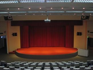 由座位往下看,可清楚看到舞台全景